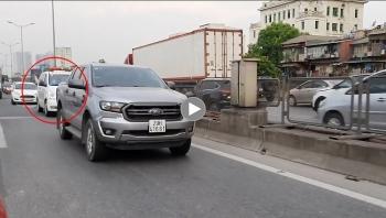 Mặc xe cứu thương bấm còi xin vượt, tài xế lái xe bán tải vẫn không nhường đường