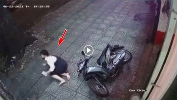 Cô gái mặc váy 'tung cước' hạ gục tên trộm xe máy