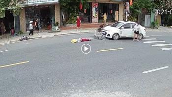 Người phụ nữ đi xe đạp bị ô tô đâm vì sang đường không quan sát