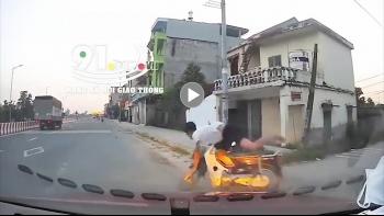 Khoảng khắc va chạm kinh hoàng giữa ô tô và nam thanh niên đi xe máy