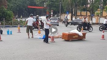 Xe tải vào cua thiếu quan sát, tông trúng người phụ nữ đi bộ