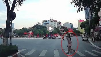 Năng lượng tích cực: Nữ sinh cúi đầu cảm ơn bác tài xế nhường đường ở Hà Nội
