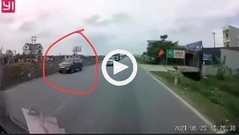 Thêm hình ảnh từ góc camera khác ghi lại vụ va chạm với xe CSGT khiến nữ sinh lớp 7 tử vong