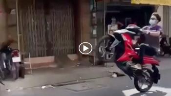 Thanh niên biểu diễn bốc đầu xe máy và cái kết ngã sấp mặt