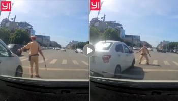 Tài xế ô tô vượt đèn đỏ, đẩy lùi CSGT rồi tăng ga bỏ chạy