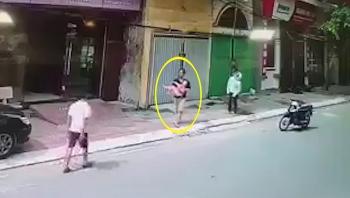 Khoảnh khắc người đàn ông hứng đỡ bé gái rơi từ lan can tầng 2