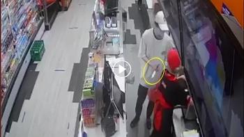 Thanh niên cầm dao vào cướp cửa hàng tiện lợi khiến nữ nhân viên hoảng sợ