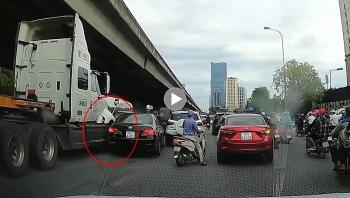 Khoảng khắc tài xế container đâm thẳng vào xe ô tô con nổ lốp giữa đường