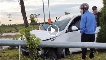 Hiện trường vụ xe Toyota Vios mất lái húc đổ cột đèn