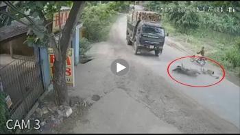 Khoảnh khắc va chạm giữa xe ben và xe máy khiến 1 người nguy kịch