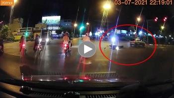 Vượt đèn đỏ, ô tô tông trúng người đi xe máy rồi bỏ chạy