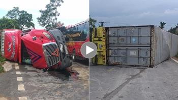 Khoảnh khắc xe container bị lật nghiêng do vào cua nhanh
