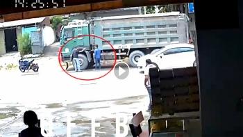 Thanh niên đi phân khối lớn 'xử' tài xế xe ben vì bị tạt nước