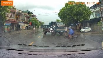 Người đàn ông trượt ngã trước đầu xe ben vì mải nói chuyện điện thoại