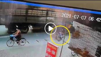 Tránh xe bus quay đầu, xe tải tông trúng 2 người đi xe máy