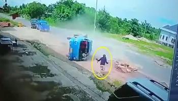 Nữ tài xế lái xe tải chở 2 mẹ con vượt ẩu khiến xe lật nghiêng giữa đường
