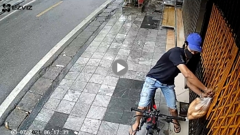 Người đàn ông đi xe đạp 'tiện tay' lấy túi bánh mỳ không phải của mình