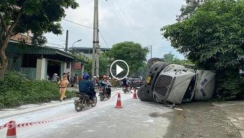 Cận cảnh xe container chở axit bị lật giữa đường