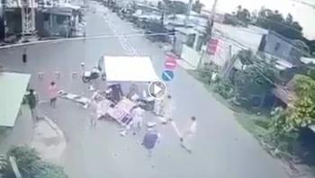 Nam thanh niên chạy xe máy tốc độ cao đâm xuyên chốt kiểm dịch