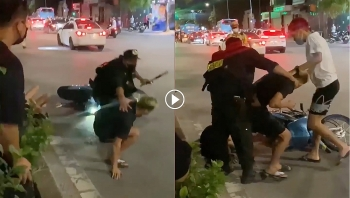 Thanh niên chở bạn gái không đội mũ định 'thông chốt 141'