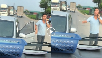Sau va chạm, tài xế xe 5 chỗ ngông nghênh thách thức bác tài xe tải