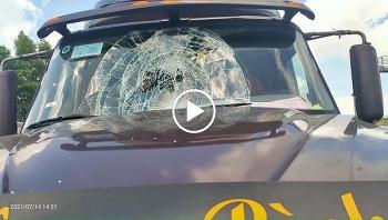 Gói hàng từ xe khác rơi trúng khiến kính xe Container vỡ nát