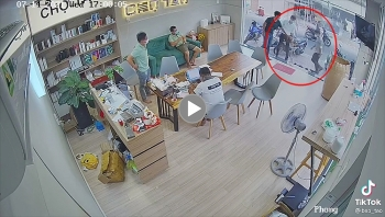 Bước xuống xe cứu thương vào mua điện thoại, 2 vị khách khiến cả quán ngỡ ngàng
