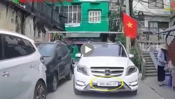Tài xế đi Mercedes cố chấp, bắt xe khác lùi khi đi tới đầu ngõ