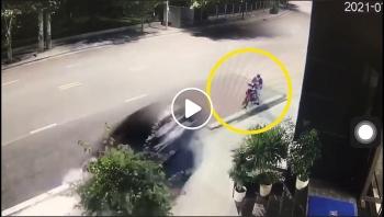 Ô tô lao vào gốc cây, suýt đâm vào người đi xe máy rồi phóng xe bỏ chạy