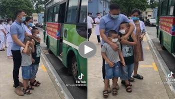 Năng lượng tích cực: Bố ôm 2 bé trai khóc nức nở tiễn mẹ lên đường vào Nam chống dịch