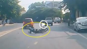 Bực tức vì không được vượt, tài xế ô tô tạt ngã xe máy