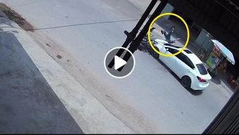Người đàn ông chạy xe máy lấn làn, tông trực diện ô tô