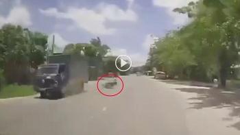 Tài xế ngủ gật, lái xe đâm trực diện vào đầu xe tải