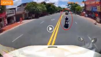 Thanh niên đi xe máy liều lĩnh đánh võng, tạt đầu container