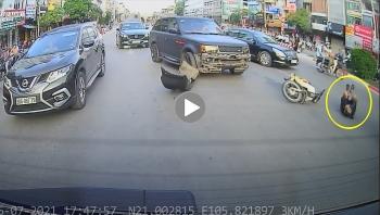 Khoảng khắc chiếc Range Rover 'bung cản trước' sau khi va chạm với người đi xe máy