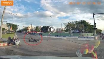 Cả 2 xe máy cùng gặp nạn khi cùng vượt đèn đỏ