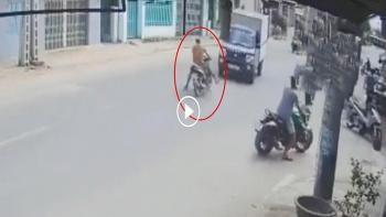 Khó hiểu người đàn ông đi xe máy đâm thẳng vào đầu xe tải lúc sang đường