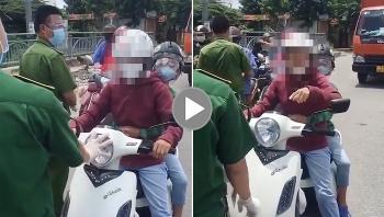 Người phụ nữ chở con, vít ga xe máy đòi thông chốt kiểm dịch