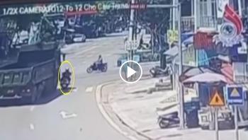 Đi vào điểm mù xe ben, người phụ nữ đi xe máy bị kéo lê trên đường