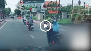 Thanh niên đi xe máy mải chú ý phía sau, gây họa cho xe phía trước
