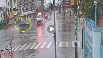 Vượt đèn đỏ, ôtô con tông lật xe cứu thương