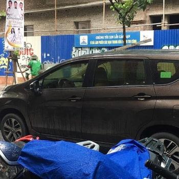 Hà Nội: Thanh sắt dài 2m rơi từ công trình xây dựng đâm thủng ô tô