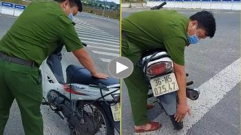 Năng lượng tích cực: Hai chiến sỹ Công an sửa xe giúp nam thanh niên đang trên đường về quê