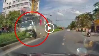 """Xe tải """"trèo"""" lên dải phân cách húc đổ cột đèn rồi lao sang làn đường ngược chiều"""