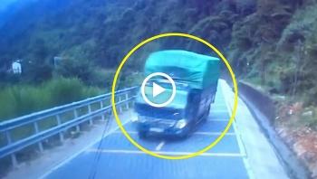 Cua gấp khi đổ đèo, xe tải chao đảo rồi lật nghiêng trên đường