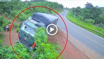 Khoảnh khắc đổ dốc, xe tải đâm vào dải phân cách lật nghiêng xuống đường