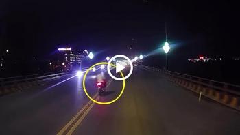 Phóng nhanh vượt ẩu trên cầu, thanh niên nguy kịch sau cú tông xe máy vào đuôi xe tải