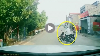 Tài xế đánh lái 'xuất thần' khi suýt đâm vào người đi xe máy sang đường