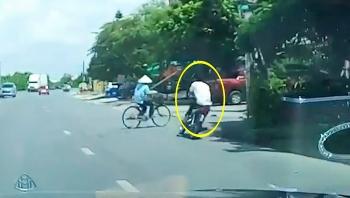 'Trẻ trâu' đâm thẳng xe máy vào người phụ nữ