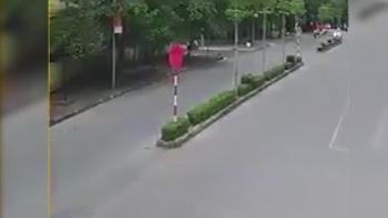 Khoảng khắc chiếc xe hơi tông bay người đi xe máy tại ngã 3
